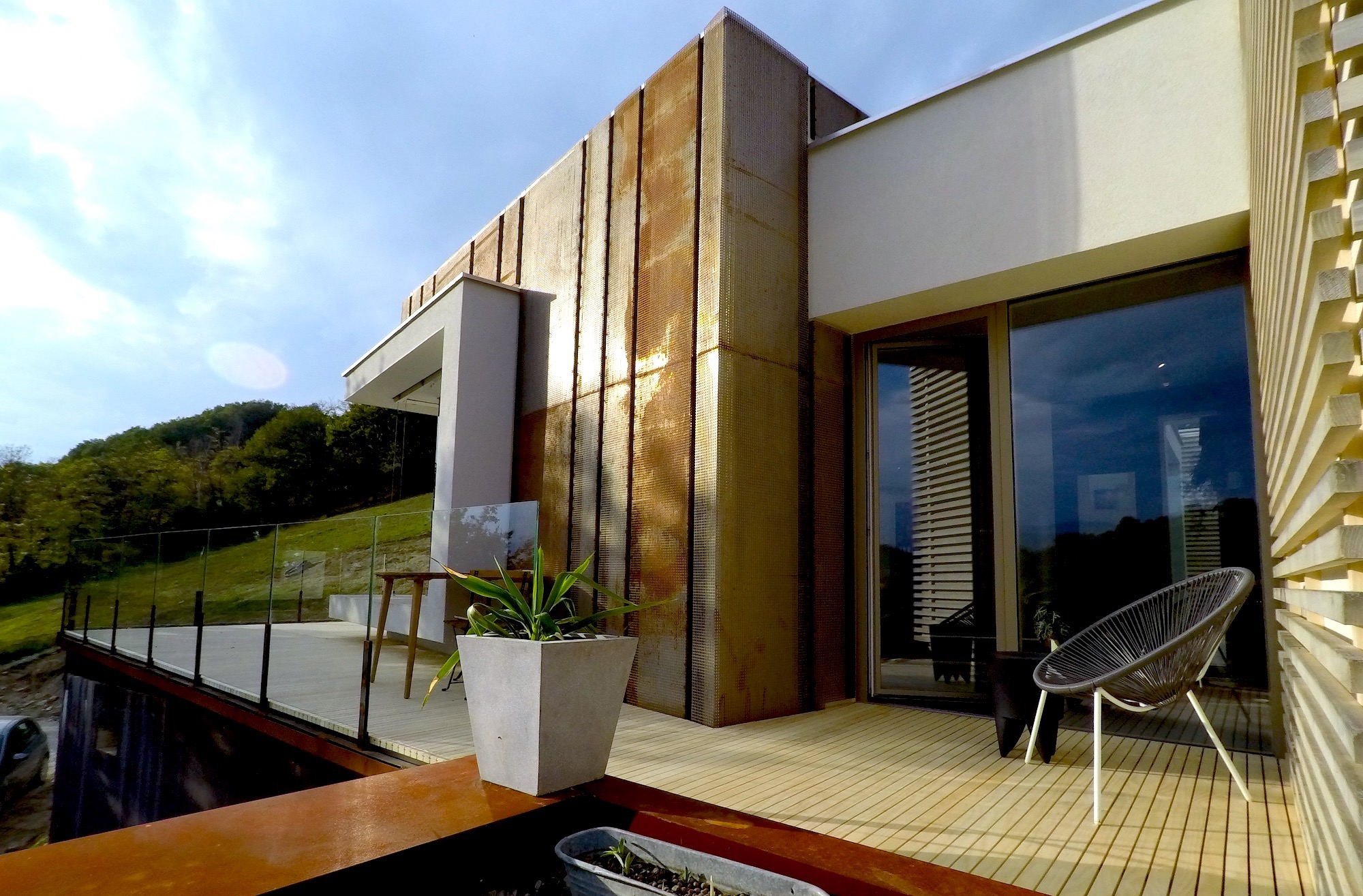 Wooden Houses_Villa Unifamiliare ad un piano_Struttura in legno accattivante e moderna. Casa elettrica dotata di fotovoltaico, VMC e frangisole sulle vetrate esposte al sole. Patio interno che porta al tetto verde