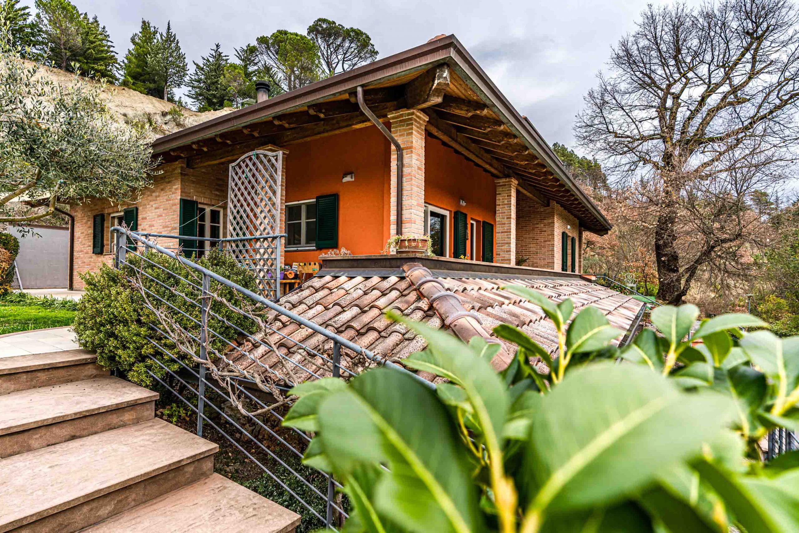 Wooden Houses_Villa Unifamiliare a due piani più seminterrato_Struttura in legno dall'aspetto classico in punto panoramico