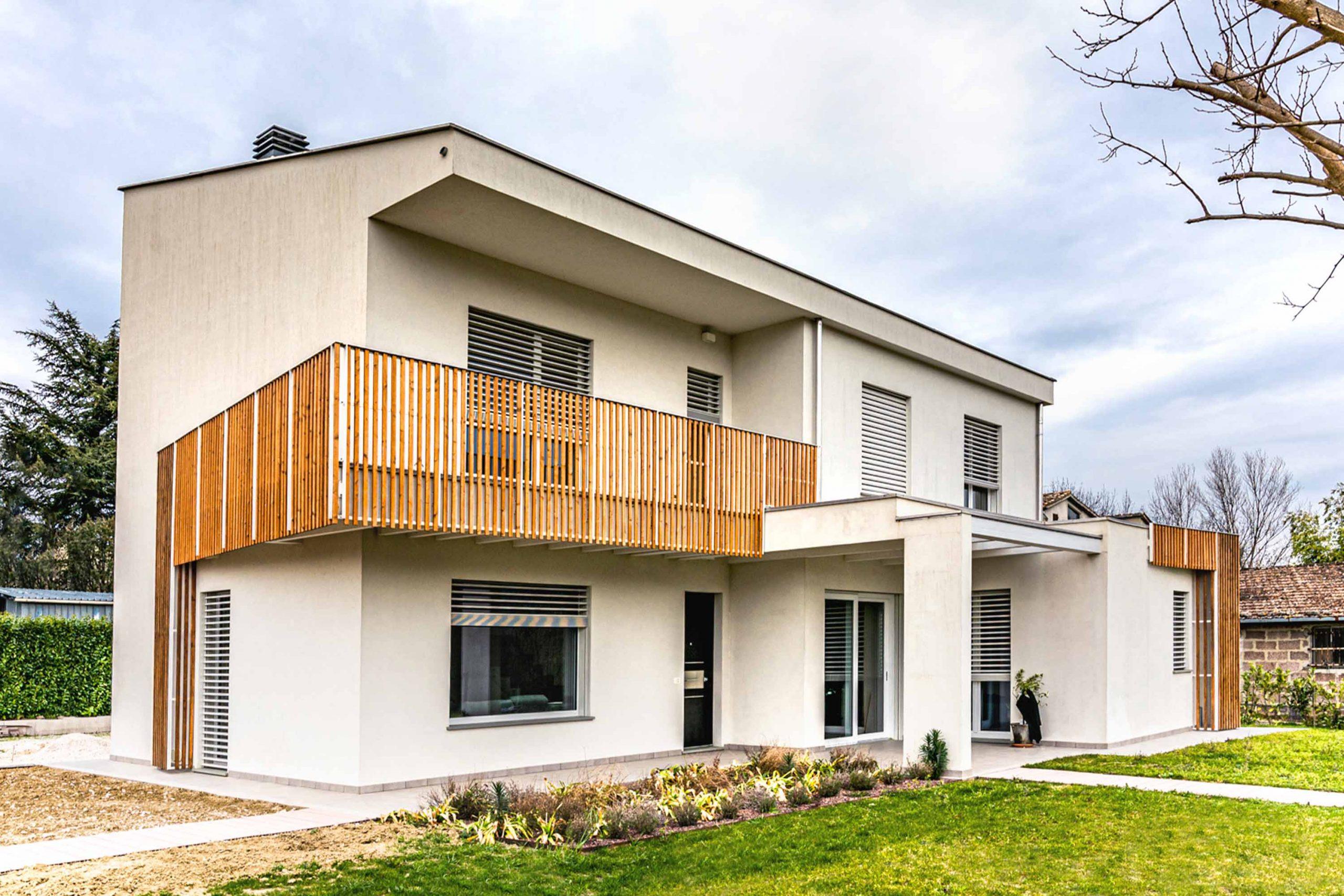 Wooden Houses_Villa Unifamiliare a due piani_Struttura in legno geometrica e moderna. Casa elettrica dotata di fotovoltaico, VMC e frangisole.